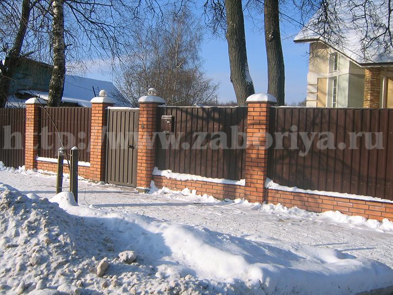 Кирпичные столбы зимой