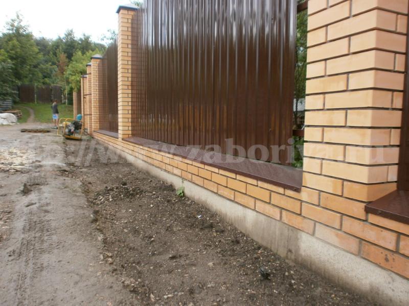 Кирпичная облицовка и бетонный фундамент