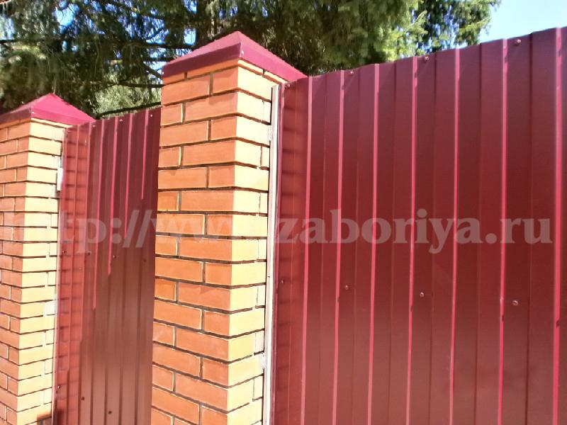 Кирпичные столбы и профлист красного цвета