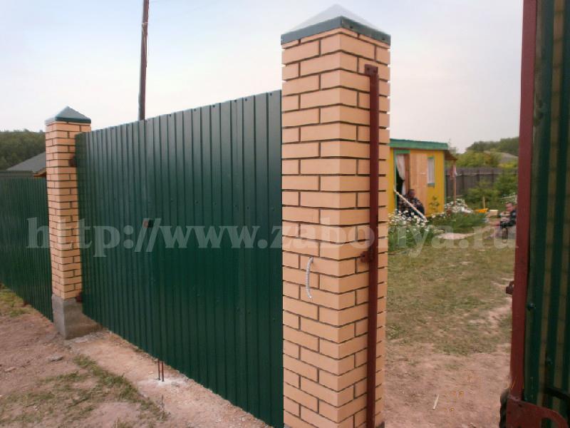 Кирпичные и бетонные заборы калитка