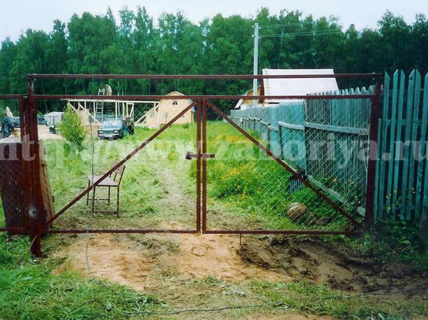 Ворота из секционной сетки рабицы